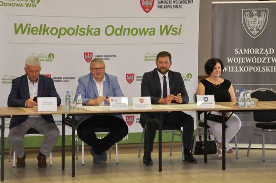 """Galeria Podpisanie umów na dofinansowanie dwóch projektów w ramach konkursów """"Pięknieje wielkopolska wieś""""."""